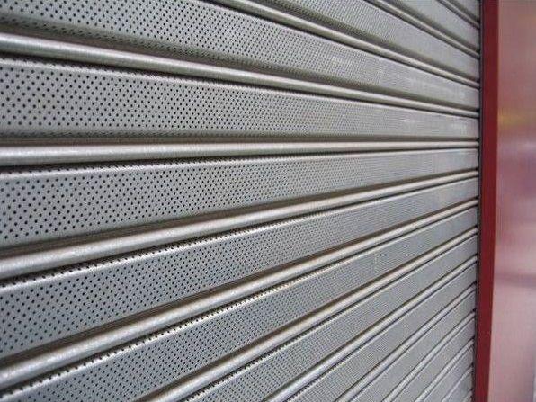 Persiana hierro microperforada